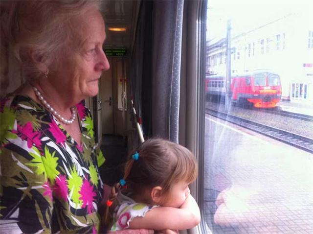 Бабушка с подросшим ребенком в поезде